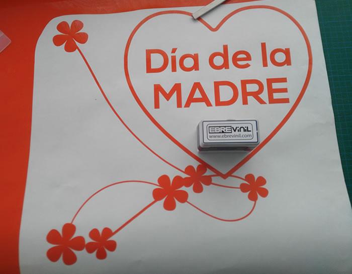 Escaparates tiendas para el d a de la madre con vinilos for Puertas decoradas para el 10 de mayo